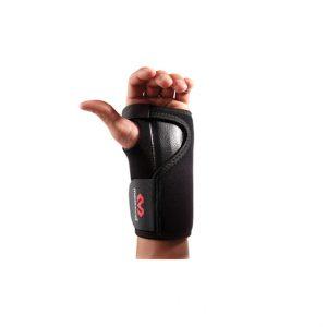 McDavid - Stabilizator Stawu Nadgarstkowego. Neoprenowy stabilizator stawu nadgarskowego jest pokryty po obu stronach tkaniną nylonową. Jest wyposażony w wyprofilowaną anatomicznie szynę stabilizującą staw oraz w zapięcie na rzepy (Velcro).