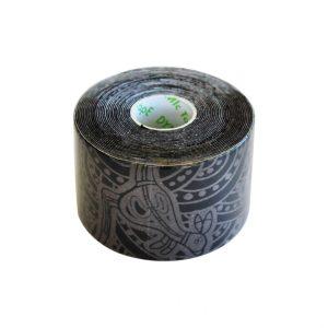 """Dynamic Tape 5cm x 5m Eco Tape. Dynamic Tape jest bardzo elastyczną taśma, która rozciąga się we wszystkich kierunkach i ma bardzo silne właściwości """"kurczenia"""". Rozciąga się znacznie bardziej i nie ma sztywny punkt końcowy jak kinezio."""