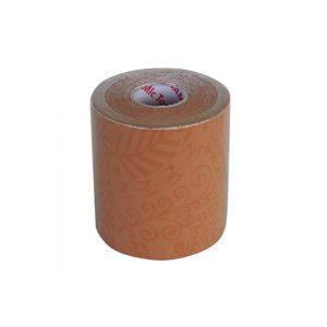 Dynamic Tape 7,5cm x 5m Beige Tattoo. Właściwości lepko-sprężyste pozwalają na to, aby działać jak przewód bungee mającej na celu zapewnienie siły hamowania, wchłaniania i zmniejszenia obciążenia pracy uszkodzonych tkanek. Zmagazynowana energia następnie z powrotem jest wykorzystywana do wspomagania ruchu.